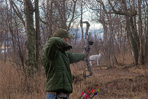 Bowhunting student shooting at model